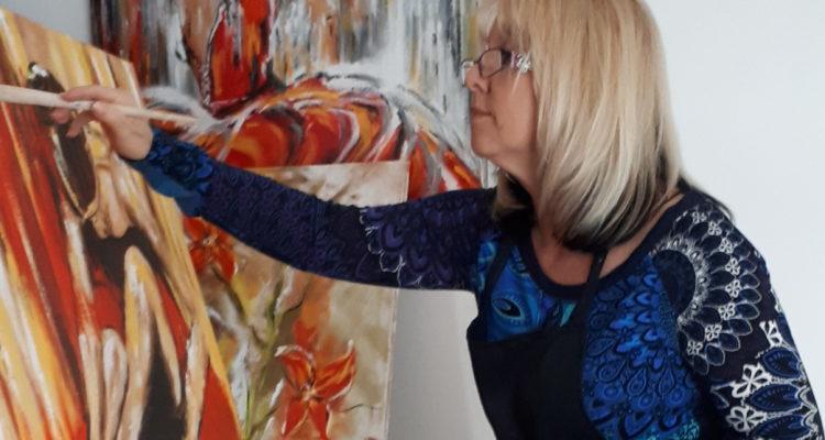 Photo à la une du livre d'or, Marianne finalisant un tableau dans son atelier