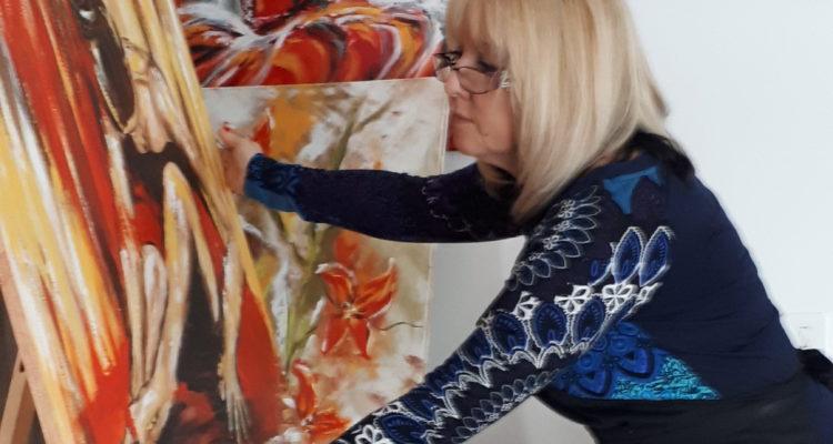 Photo à la une du blog, Marianne finalisant un tableau dans son atelier