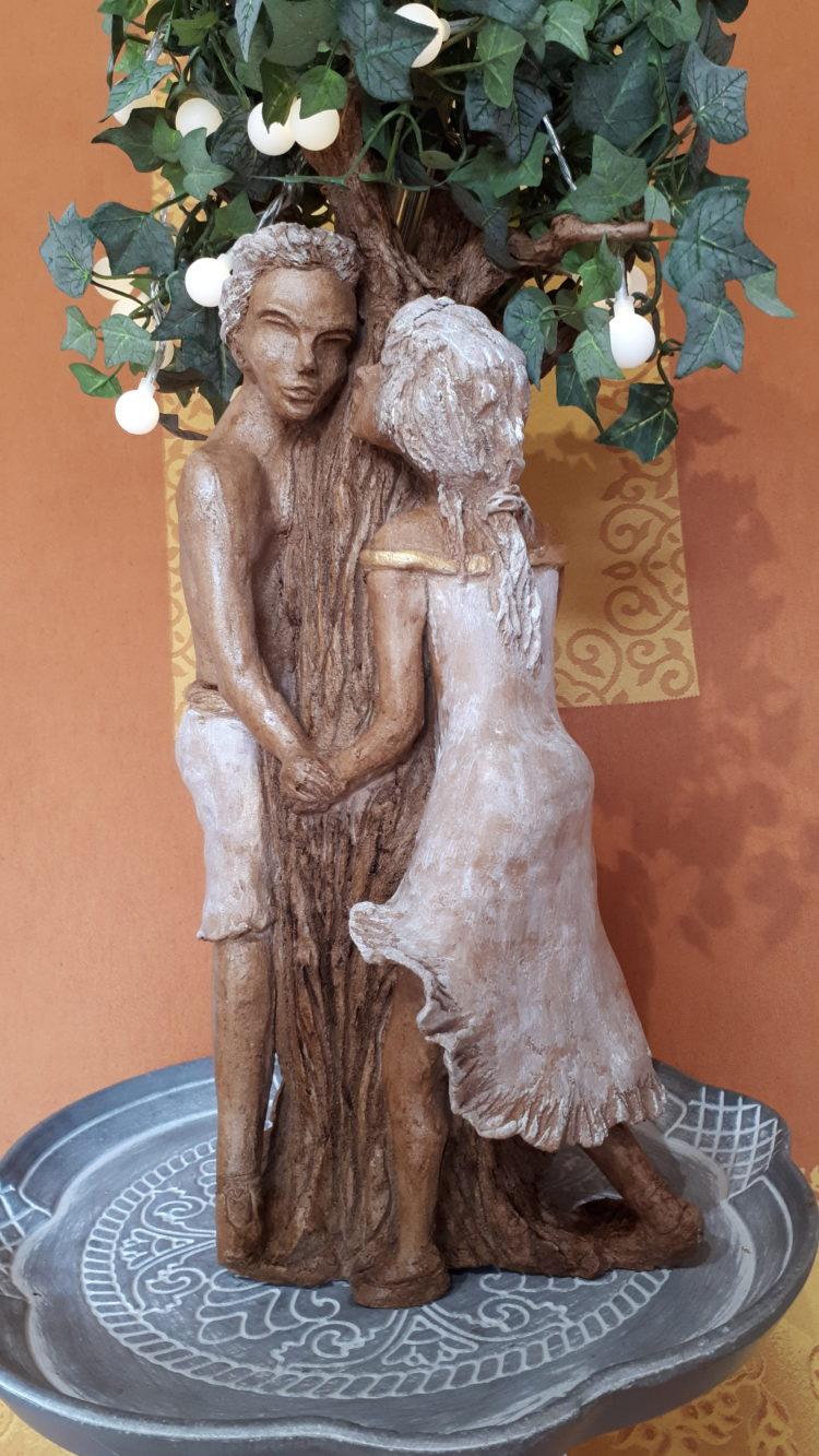 """""""les amoureux"""" sculpture en grés habillés d'une patine blanche et brune pour cet automne"""