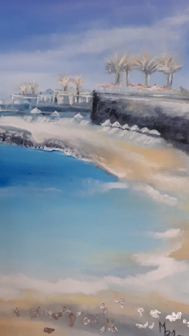 Vue détaille de la plage crétoise aux différents tons de bleus