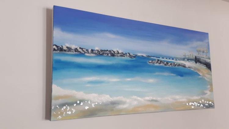 le tableau de la plage crétoise accroché au mur