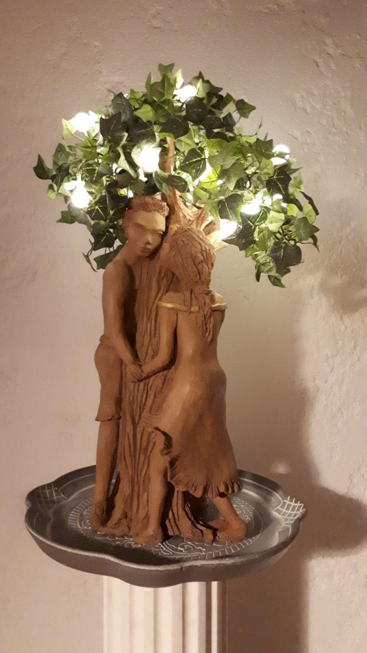 """""""les amoureux"""" sculpture en grés habillé de feuillages et luminaires"""